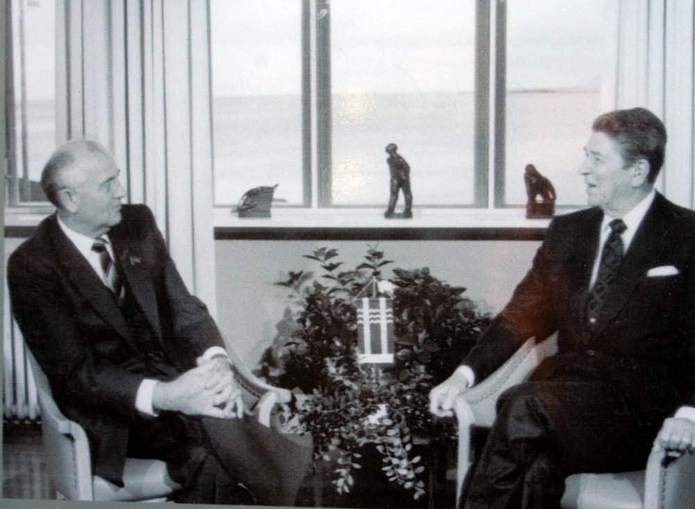 der Staatsoberhäupter Gorbatschow und Reagan beendet.