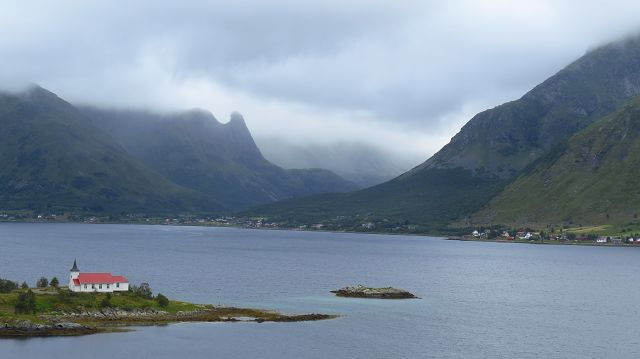 Blick über den Austnesfjord zur Kirche von Sildpollnes
