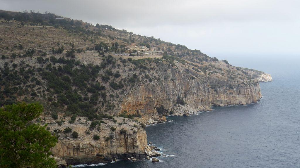 Blick auf den Felsen mit dem Kloster Archangelou