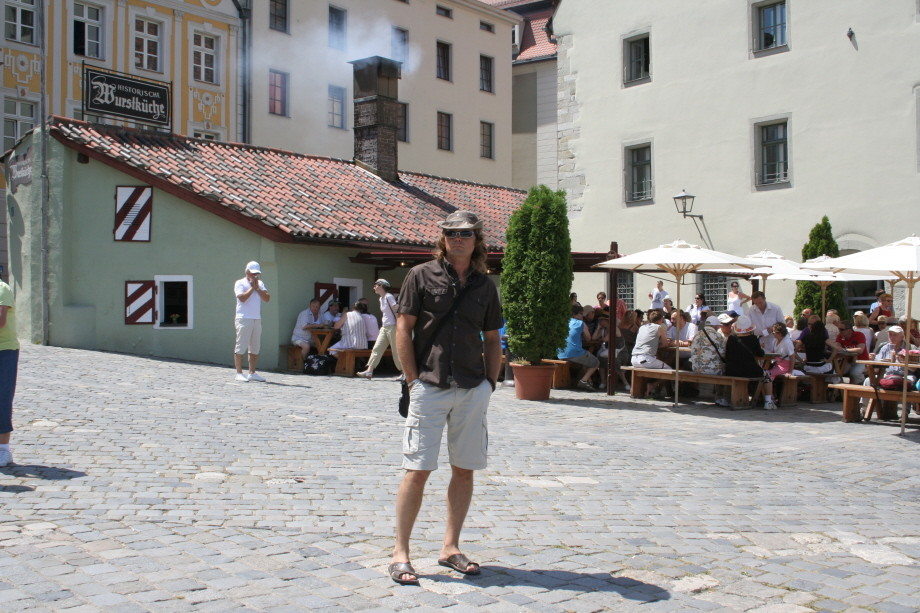 Vor der Wurstküche in Regensburg