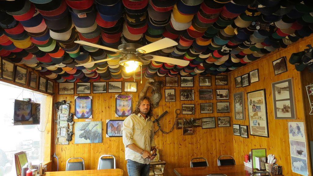 Mützen-Sammlung in der Toad-River-Lodge