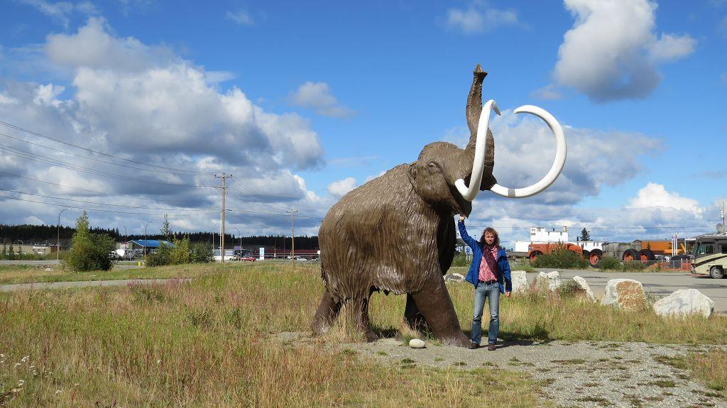 Wollhaar-Mammut (links im Bild)