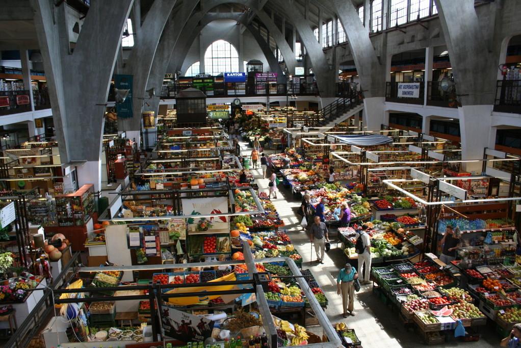 Händler in der Markthalle