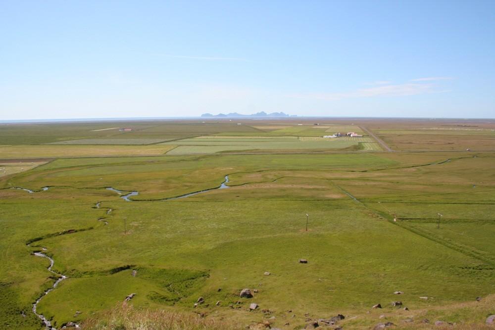 Am Aussichtspunkt Paradisarhellir, am Horizont Vestmannaeyjar