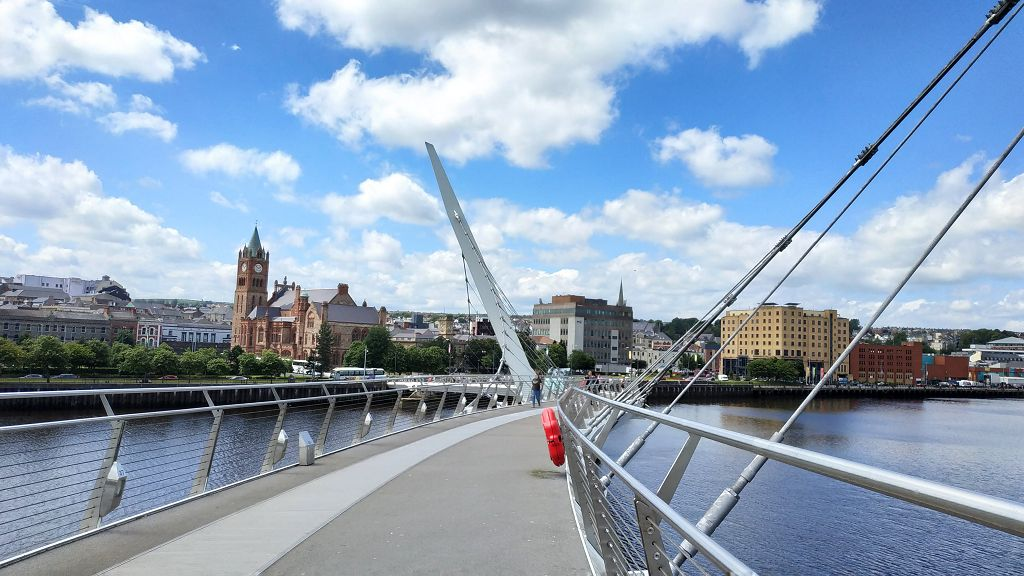 Über die Friedensbrücke nach Derry (Londonderry)