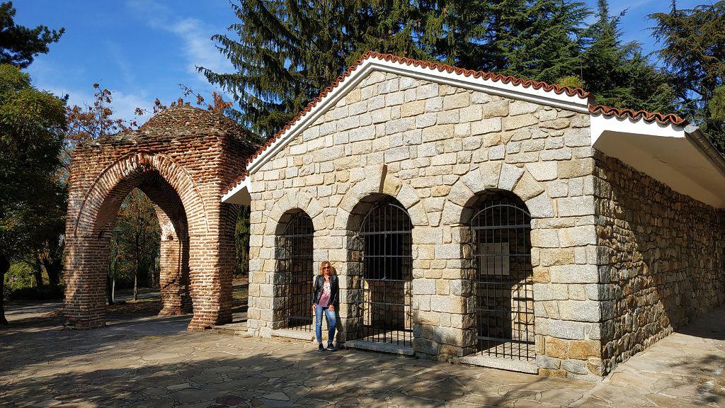 Hinter diesen Mauern ist das Original-Thrakergrab...