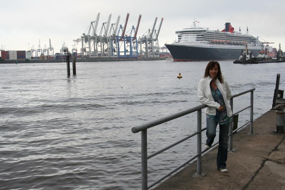 Die Queen Mary 2 erreicht Hamburg