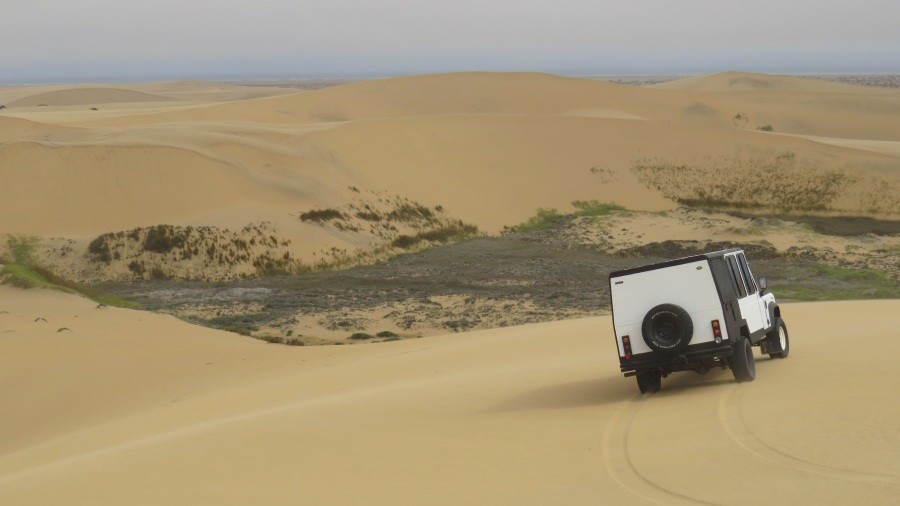 Mit dem Jeep geht die Tour durch die Namib weiter