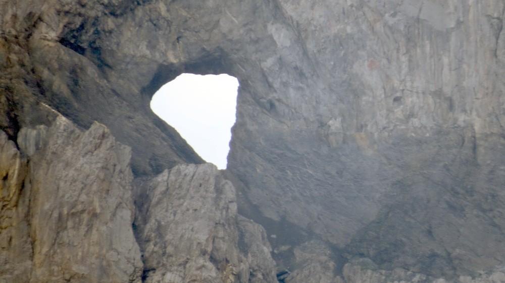 Das Martinsloch (ein 22 x 19 m großes Felsenfenster)