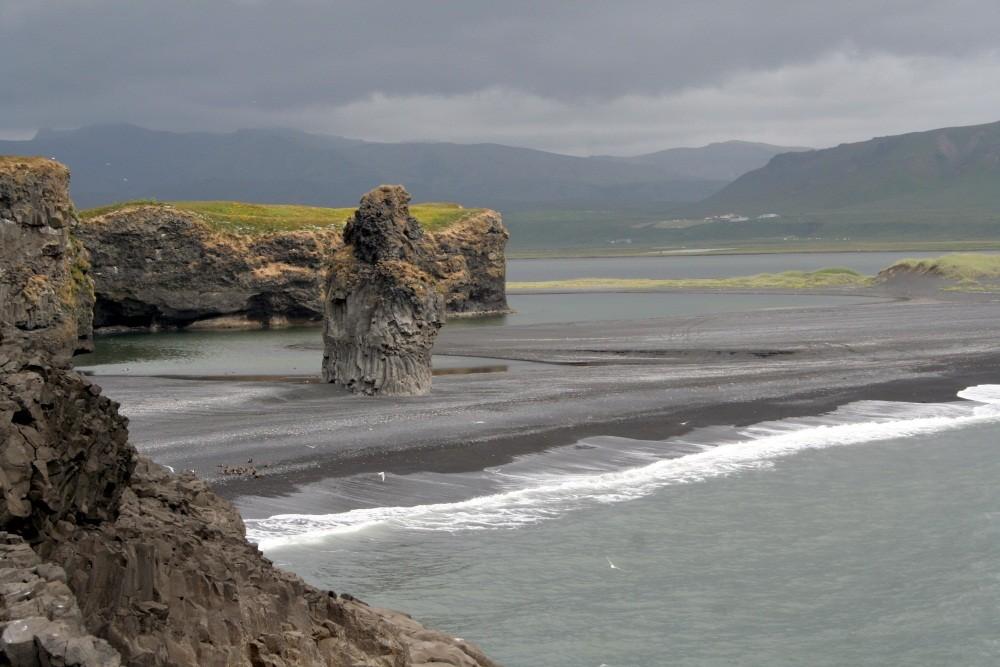 Die schwarze Lavaküste in Islands Süden.