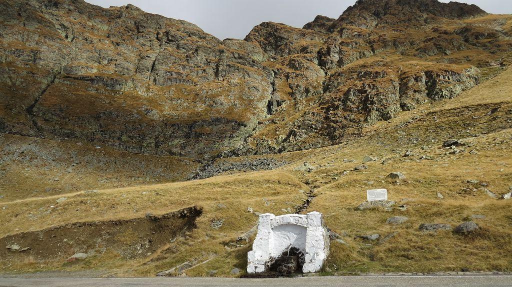 Bevor wir den Pass verlassen füllen wir nochmal unseren Wassertank mit frischem Quellwasser