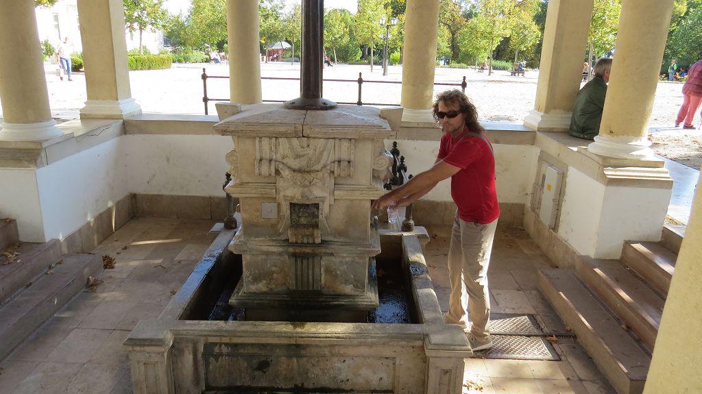 Wir füllen unsere Wasserflasche am Trinkbrunnen. Soll gesund sein, schmeckt aber bah