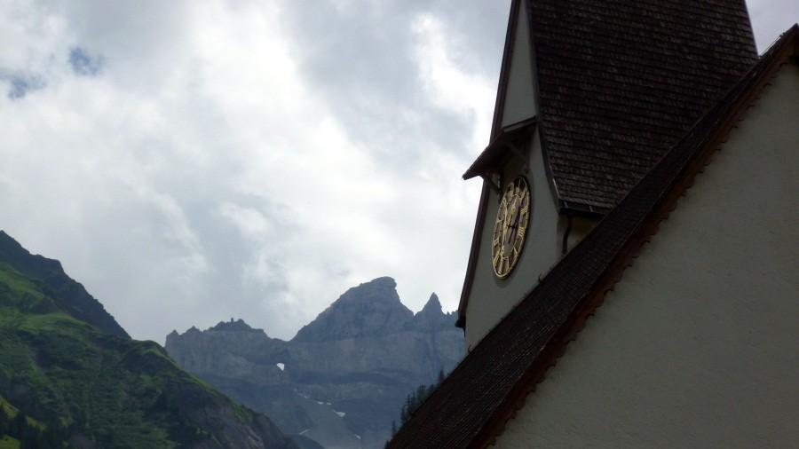 Kirche in Elm mit Martinsloch im Hintergrund