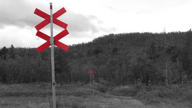 Markierungen für Winterwanderwege und Schneeskooter