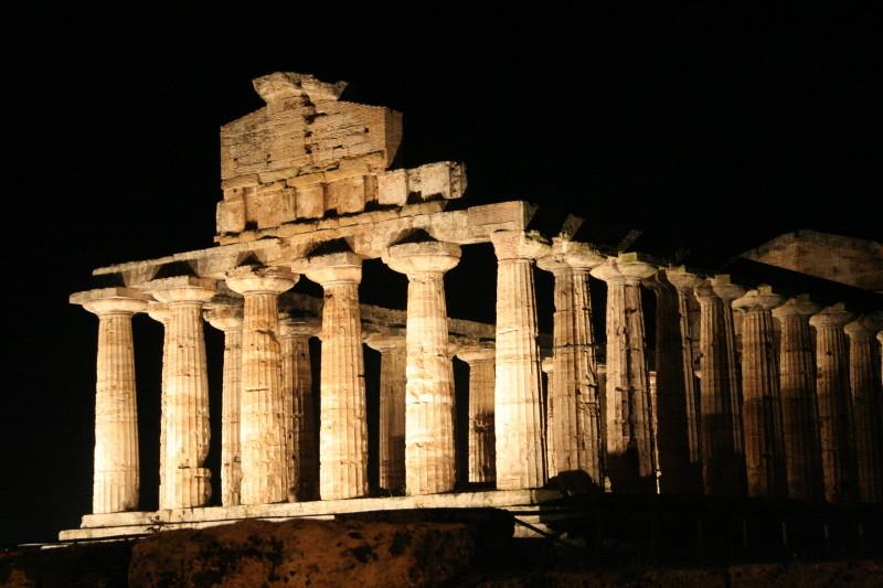 Paestum, Tempel bei Nacht