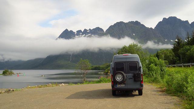 Blick über den Austnesfjord zur Lofotenwand