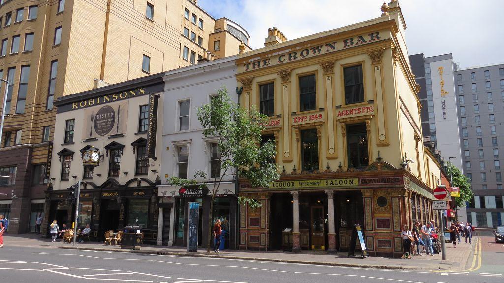 Der Crown Liquor Saloon von außen...