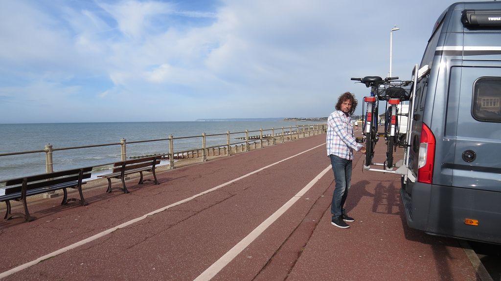 Fahrräder abladen in Hastings...