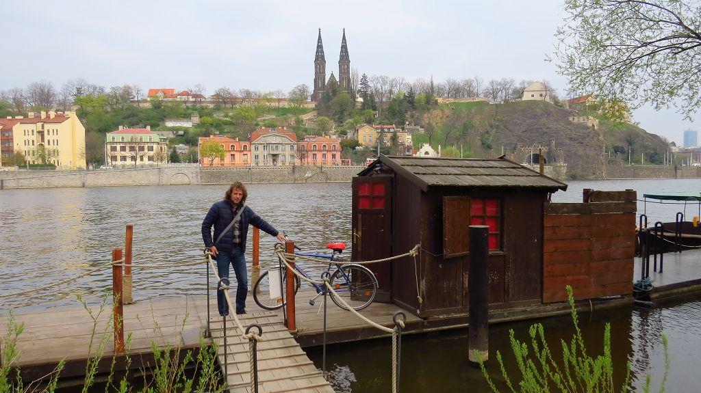 Mit der Fähre geht es über die Moldau in Prags Altstadt