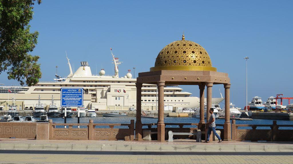 Matrah, die Altstadt von Muscat, mit Sultans-Yacht...