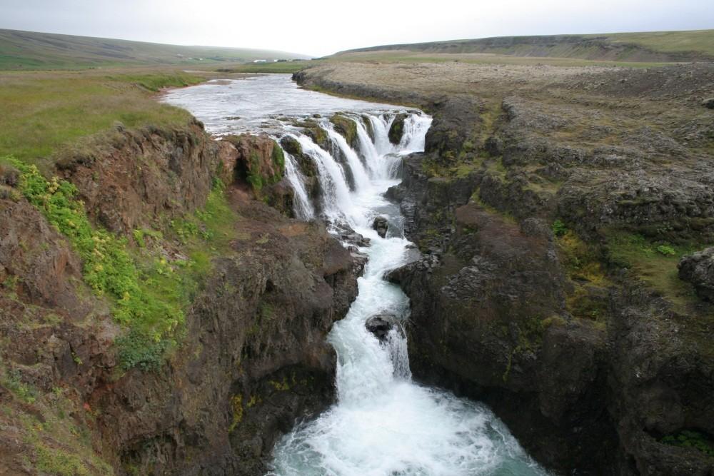 ...mit Wasserfall Kolufoss.