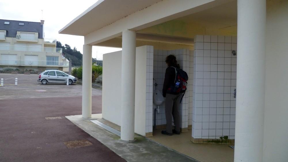 """""""Öffentliches WC"""" wörtlich genommen ! Axel tut nur so, der macht kein Pipi"""