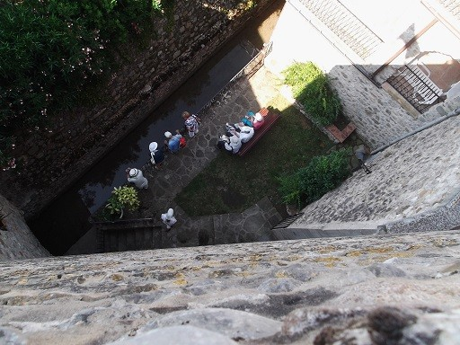 Blick von Turm in Sant Llorenz de la Muga auf Gruppe unten
