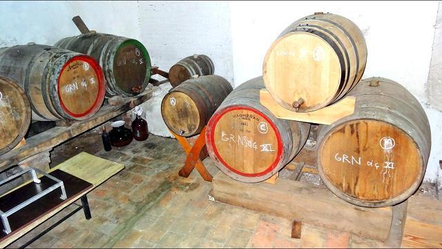 Ein Teil des Weines reift in Holzfässern... (Erlaubnis für die Veröffentlichung der folgenden Innenaufnahmen in dieser Website wurden gegeben)