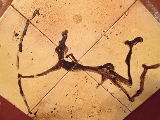 Dieser Bogenschütze ist Leitfigur auf dem Wege zu den Felszeichnungen (Nachzeichnung auf einer Kachel)