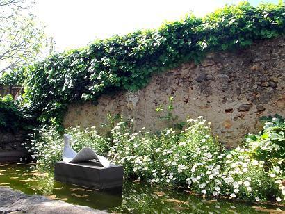 "Im Skulpturengarten - Im Vordergrund: Ramon Ollé: La mutació de la fulla (""Die Verwandlung des Blattes"")"