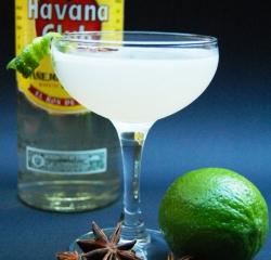 Daiquiri und seine Zutaten. Rechts: Hemingway in der Bar El Floredita in Havanna