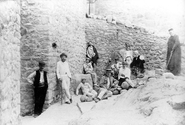 Tomás de Rocabertí mit Mitarbeitern ( im Hintergrund - schwarz gekleidet) (wikimedia)