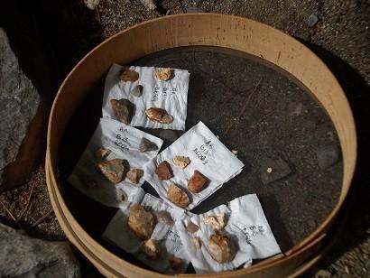 Funde aus der Höhle (Steinabschläge und Schaber)