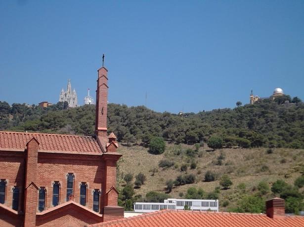 Blick über die Universität Oliba zum Tibidabo