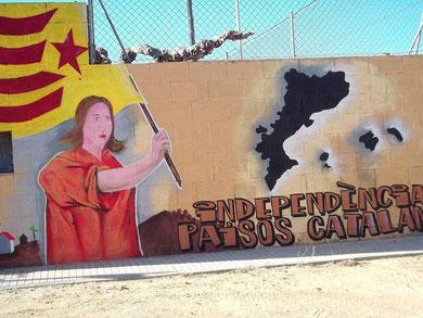 """Wandmalerei in einem katalanischen Dorf - Sie fordert Unabhängigkeit für alle """"katalanischen Lande"""" (auch den französischen Norden und die Balearen)"""