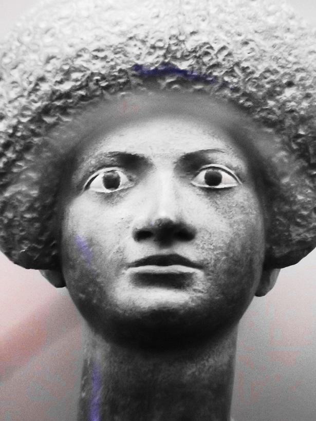 Dame mit römisch-modischer Frisur