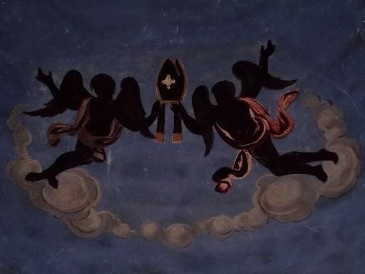 Barock-Engel an der Decke der Apsis von Sant Marti - tragen die Bischofsmütze von Sankt Martin