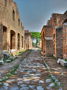 """Strasse mit römischen """"Insulae"""" in Ostia Antica"""