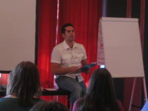 Jesus Lopez hält Vortrag im Spiegelzimmer