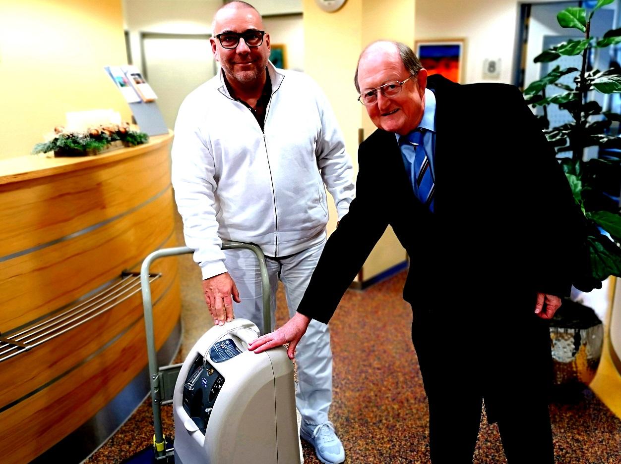 Dr. Greiner übergibt ein Beatmungsgerät an das Palliativnetz Osthessen.