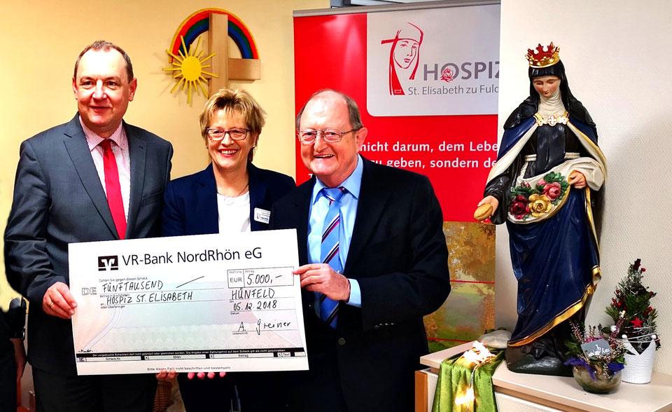 2018 - Dr. Ambros Greiner übergibt einen 5000-Euro-Scheck an das Hospiz St. Elisabeth in Fulda.