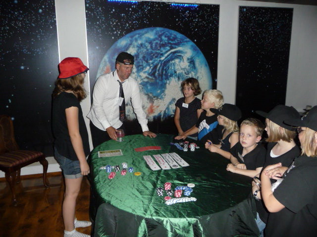 Kleine Geheimagenten am Pokertisch. (C) Bubig & Neumann Kreativ-Verlag GbR