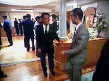 右のグレーのスーツが僕です