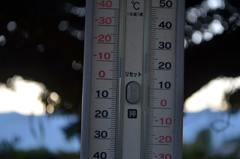 マイナスを指す温度計