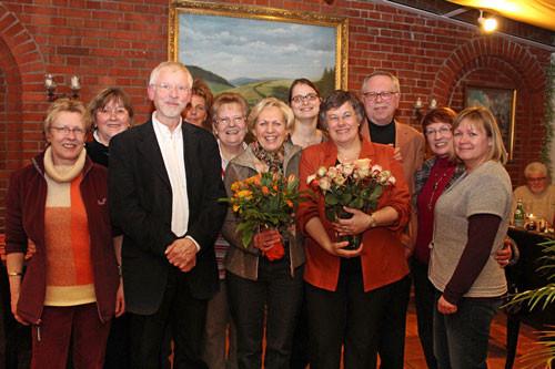 Seit 2012 ist Friedrich Holze (li.) neuer Vorsitzender des KulTour-Vereins Rehburg-Loccum. Er folgt Annette Albrecht-Kesselhut (4.v.l.). Stellvertreter wurde Wolfgang Becker (hinten re.) als Nachfolger von Christiane Anhelm (3.v.l.)  (FOTO aus Februar´12)