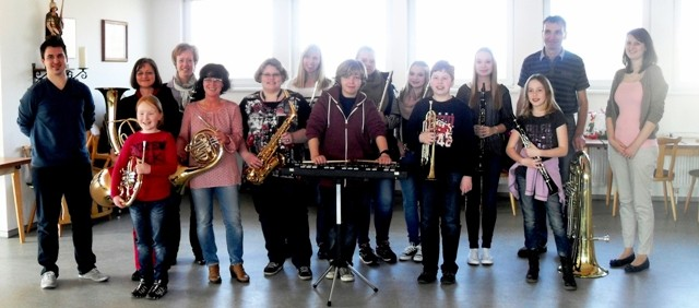 Erfolgreiche Teilnehmer der E-Prüfung, mit Jugenddirigent Dennis Schicklenk(l.) und Jugendwartin Vanessa Bartsch (r.)