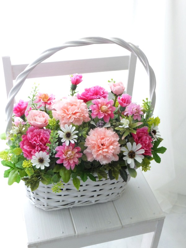 ピンクのカーネーションいっぱいの造花ギフト