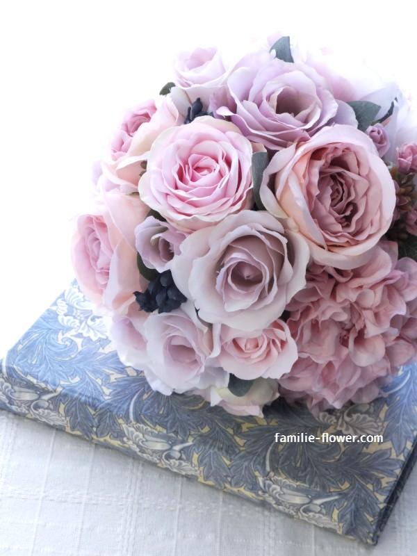 青みピンクのバラのラウンドブーケ
