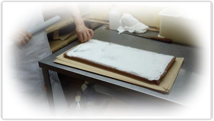 1つ1つ手作業でクリームを塗り、巻きの作業へ