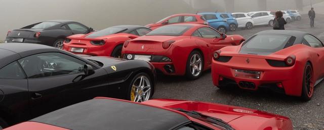 Da stehen doch wahrhaftig etwa 30 Ferraris, die vermutlich schneller auf den Gotthard gefahren sind